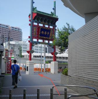 改札を出て左へ「西陽門」をくぐり直進